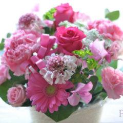 バラと季節の花のアレンジメント