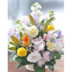 明るい色合いの供花アレンジメント