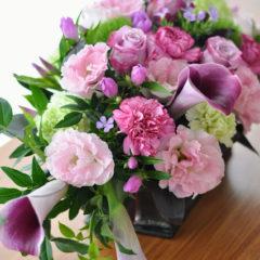 ワイン色のカラーと季節の花